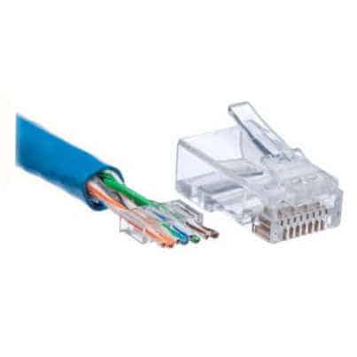 Un câble RJ45, un connecteur